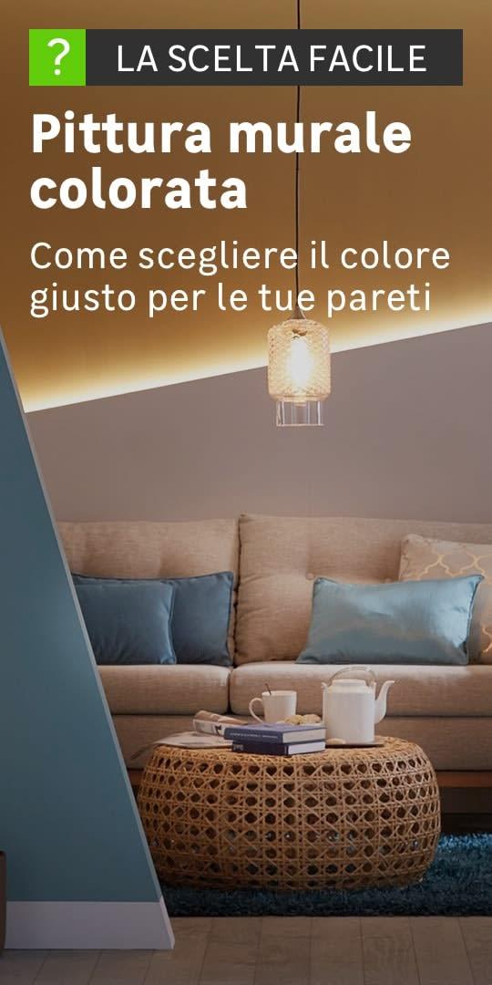Salotto con muri pitturati di colori e forme differenti